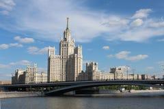 De Bouw van de Kotelnicheskayadijk in Moskou, Rusland Royalty-vrije Stock Foto