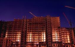 De bouw van de nacht met verlichting Royalty-vrije Stock Foto's