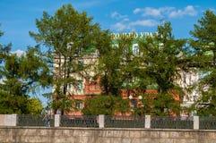 De bouw van de Ring van de handelsbank van Oeralgebergte op de dijk van de Iset-rivier in Yekaterinburg, Rusland Royalty-vrije Stock Afbeeldingen