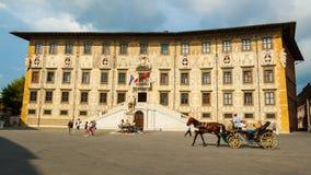 De bouw van de Universiteit van Pisa Superiore op Piazza dei Cavalieri Stock Foto