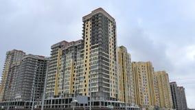 De bouw van de voorgevel van een gebouw met meerdere verdiepingen Stock Afbeeldingen