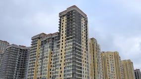 De bouw van de voorgevel van een gebouw met meerdere verdiepingen Stock Foto's