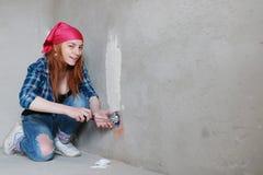De bouw van de vrouwenmuur reparaties Royalty-vrije Stock Fotografie