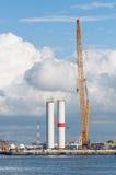De bouw van de windturbine met grote kraan Royalty-vrije Stock Afbeeldingen