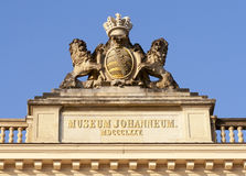 De bouw van Dresden Johanneum. Standbeeld op dakbovenkant. Stock Fotografie