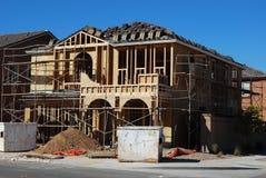 De bouw van een 2 verhaal nieuw huis Stock Foto's