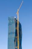 De bouw van een high-rise gebouw Rode torenkraan Royalty-vrije Stock Afbeeldingen