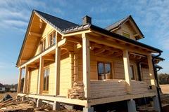De bouw van een huis met houten logboeken, Stock Afbeelding