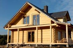 De bouw van een huis met houten logboeken, Stock Foto's