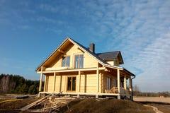 De bouw van een huis met houten logboeken, Royalty-vrije Stock Afbeelding