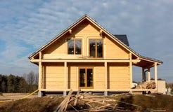 De bouw van een huis met houten logboeken, Royalty-vrije Stock Foto's