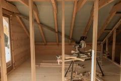 De bouw van een huis met houten stralen Royalty-vrije Stock Foto