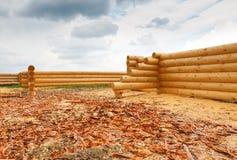 De bouw van een huis van houten logboeken Royalty-vrije Stock Foto's