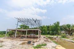 De bouw van een metaalkaderhuis met bludhemel stock afbeeldingen