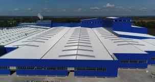 De bouw van een moderne productiegebouw of een fabriek, de buitenkant van een grote moderne productie-installatie of fabriek stock video