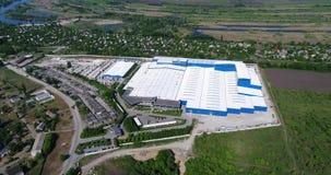 De bouw van een moderne productiegebouw of een fabriek, de buitenkant van een grote moderne productie-installatie of fabriek stock videobeelden