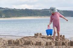 De bouw van een prachtig zandkasteel Royalty-vrije Stock Foto