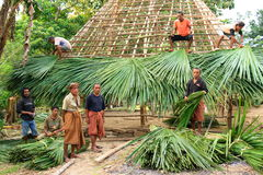 De bouw van een traditionele hut in West-Timor Stock Afbeeldingen