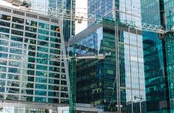 De bouw van een wolkenkrabber, de bouw van glas en beton Stock Afbeelding