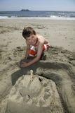 De bouw van een zandkasteel Stock Foto