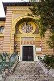 De bouw van de Faculteit van Islamitische Universiteit in Sarajevo In de schaduw gestelde hulpkaart met belangrijke stedelijke ge stock foto's