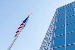 De bouw van Glasvensters en Amerikaanse Vlag Stock Foto's