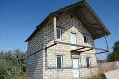 De bouw van het de bouwhuis met witte baksteen, balkon, zolder royalty-vrije stock foto