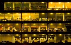 De bouw van het bureau bij nacht