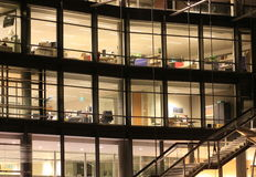De bouw van het bureau bij nacht Stock Afbeeldingen