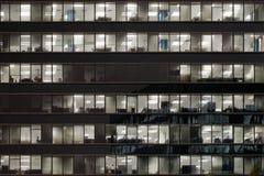 De bouw van het bureau die bij nacht wordt verlicht Stock Foto