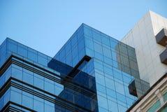 De bouw van het bureau en blauwe hemel stock afbeeldingen