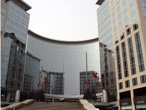 De bouw van het bureau en commercieel centrum royalty-vrije stock afbeeldingen