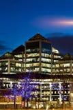 De bouw van het bureau in het financiële district bij nacht Royalty-vrije Stock Afbeeldingen