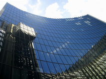 De bouw van het bureau in Londen met bezinning van hemel Royalty-vrije Stock Fotografie
