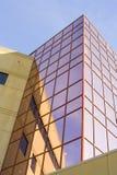 De bouw van het bureau met roze vensters Stock Afbeeldingen