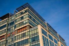 De bouw van het bureau over blauwe hemel Royalty-vrije Stock Afbeeldingen