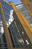 De bouw van het bureau; staal, glas en baksteen stock foto