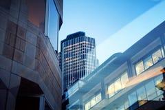 De bouw van het bureau in 's nachts Londen Stock Foto's