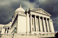 De Bouw van het Capitool van de staat in Madison vóór het onweer Stock Fotografie