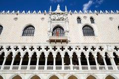 De bouw van het dogepaleis met leeuwstandbeeld en witte architectuur in Venetië royalty-vrije stock foto's