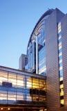 De bouw van het Europees Parlement in Brussel (Brussel), België, 's nachts stock foto