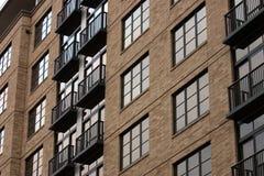 De bouw van het flatgebouw met koopflats. royalty-vrije stock fotografie