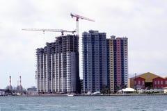 De bouw van het flatgebouw met koopflats stock foto's