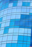 De bouw van het glas met blauwachtige vensters royalty-vrije stock foto's