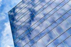 De Bouw van het glasbureau en Blauwe Hemel Stock Foto's