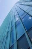 De bouw van het glasbureau met wolkenbezinning Royalty-vrije Stock Foto