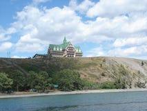 De bouw van het Histroichotel boven Waterton-Meren, Alberta wordt neergestreken die royalty-vrije stock afbeelding