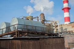 De bouw van het hittepunt met tanks bij een industriële onderneming stock afbeeldingen