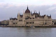 De bouw van het Hongaarse Parlement op de banken van de Donau in Boedapest is de belangrijkste aantrekkelijkheid van het Hongaars stock foto's