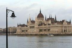 De bouw van het Hongaarse Parlement op de banken van de Donau in Boedapest is de belangrijkste aantrekkelijkheid van het Hongaars stock afbeelding